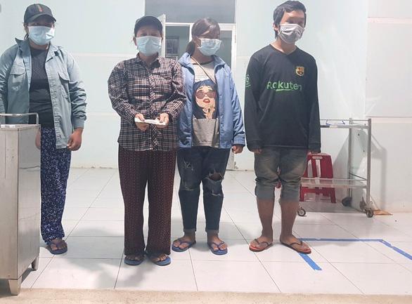 4 mẹ con đạp xe về Nghệ An đang chờ tàu về quê - Ảnh 4.