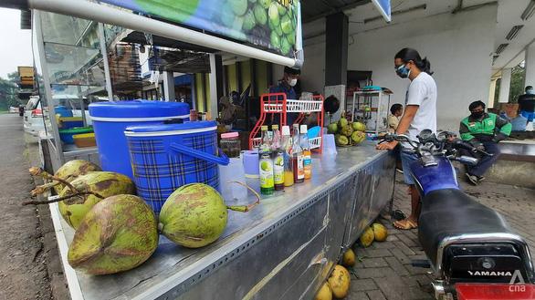 Indonesia phản bác dùng sữa tiệt trùng, dừa tươi để trị COVID-19 - Ảnh 1.