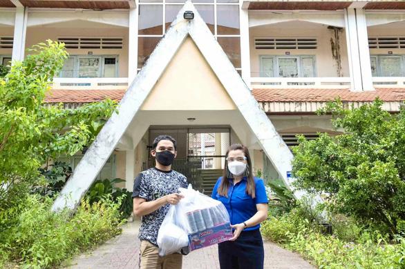 Tặng quà cho 32 du học sinh Lào và Campuchia tại An Giang gần 1 năm chưa về do COVID-19 - Ảnh 1.