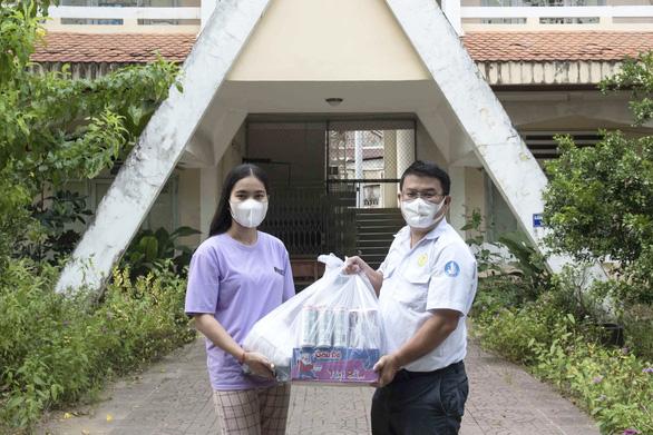 Tặng quà cho 32 du học sinh Lào và Campuchia tại An Giang gần 1 năm chưa về do COVID-19 - Ảnh 2.