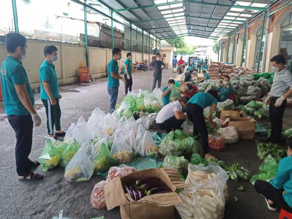 Dân TP.HCM đặt mua rau củ nhiều, bưu cục giao hàng không kịp - Ảnh 1.
