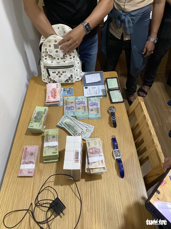 Bắt 2 người Trung Quốc rủ nhau vô nhà đồng hương trộm két sắt lấy hơn 3 tỉ đồng - Ảnh 3.
