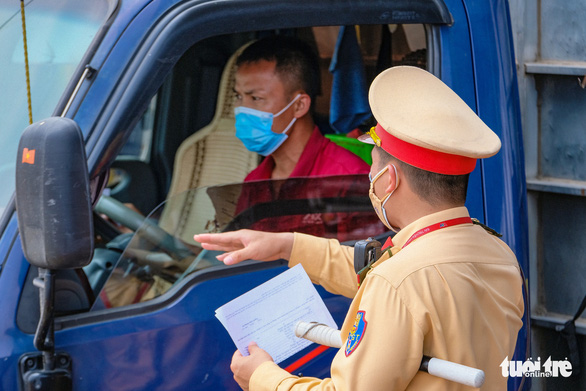 Nhiều tài xế phải quay đầu vì không có giấy xét nghiệm tại chốt kiểm soát vào Hà Nội - Ảnh 5.