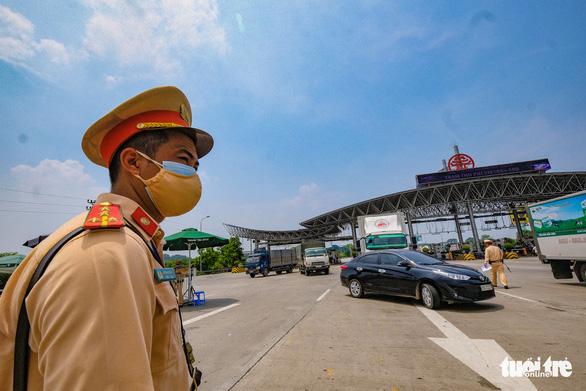 Nhiều tài xế phải quay đầu vì không có giấy xét nghiệm tại chốt kiểm soát vào Hà Nội - Ảnh 1.