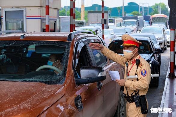 Chủ tịch Hà Nội chỉ đạo khẩn để giảm ùn tắc tại 22 chốt kiểm dịch - Ảnh 1.