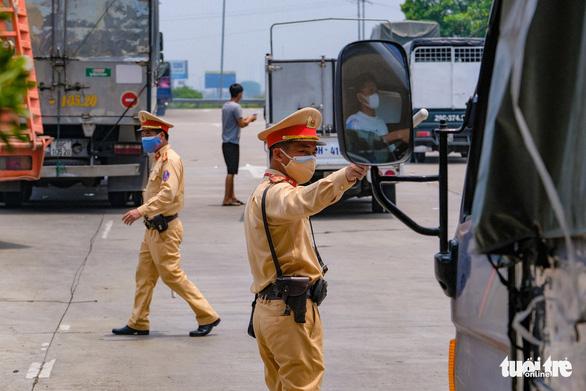 Nhiều tài xế phải quay đầu vì không có giấy xét nghiệm tại chốt kiểm soát vào Hà Nội - Ảnh 2.