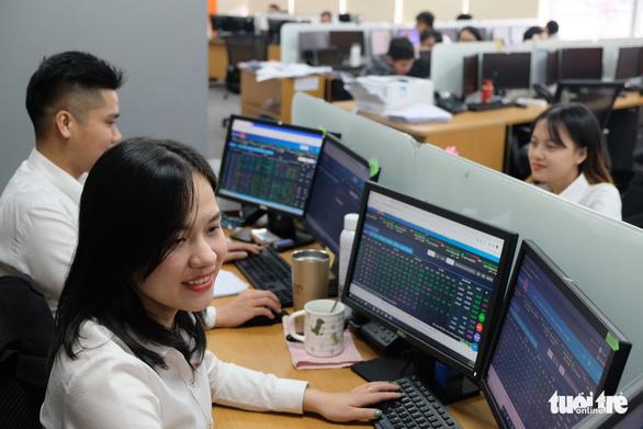 VN có 38 doanh nghiệp tỉ đô, gần 11 triệu tỉ đồng sang tay trên sàn chứng khoán TP.HCM sau 21 năm - Ảnh 1.