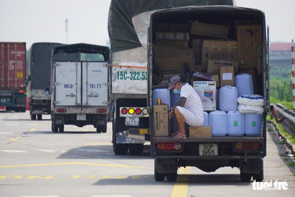 Hơn 800 công nhân công ty may tại Hải Dương xin nghỉ hoặc đến muộn vì tắc đường - Ảnh 2.