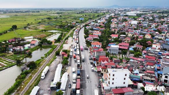Hơn 800 công nhân công ty may tại Hải Dương xin nghỉ hoặc đến muộn vì tắc đường - Ảnh 1.