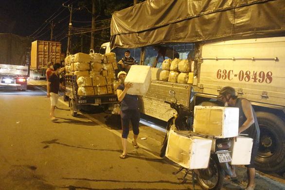 Đóng chợ đầu mối, nông sản được mua bán ngay trên đường - Ảnh 2.