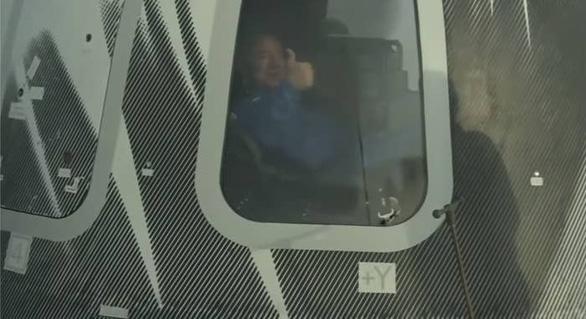 Người giàu nhất thế giới Bezos đã hoàn thành chuyến bay vào vũ trụ - Ảnh 1.