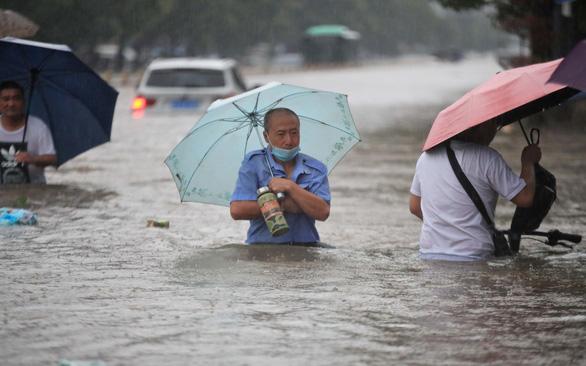 Mưa 3 ngày bằng cả năm, lũ lụt cuồn cuộn ngàn năm có một ở Trung Quốc - Ảnh 1.