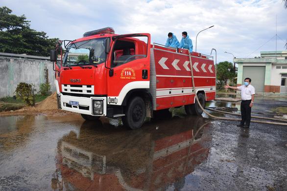 Tuy Hòa 'đứt' nước sạch khi đang giãn cách, bệnh viện cầu cứu xe chữa cháy - Ảnh 1.