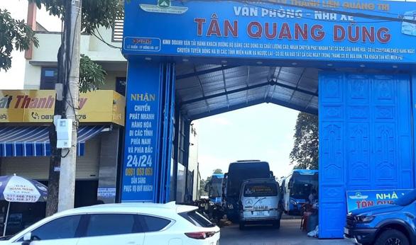 Vượt chốt kiểm dịch, xe khách chở 15 người từ TP.HCM về Quảng Trị bị phạt 22 triệu đồng - Ảnh 1.