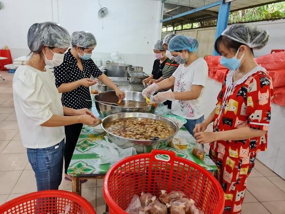 Thầy cô giáo vào bếp nấu 800 suất ăn bằng gạo ST25 gửi nơi cách ly - Ảnh 1.