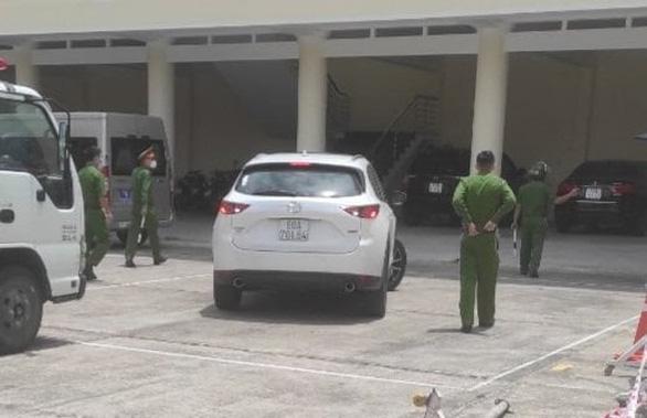 Ôtô vượt chốt kiểm dịch, ép CSGT truy đuổi té ngã giữa phố - Ảnh 2.