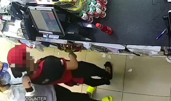 Kẻ cướp rút dao đe dọa nữ nhân viên cửa hàng tiện lợi ở quận 8, TP.HCM - Ảnh 1.