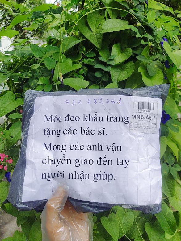 Hàng ngàn tai giả đeo khẩu trang từ Hà Nội gửi tặng TP.HCM chống dịch - Ảnh 3.