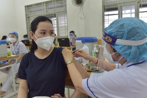 Chuyển chiến lược chống COVID-19: Cứu F0 nặng & tiêm vắc xin nhanh - Ảnh 1.