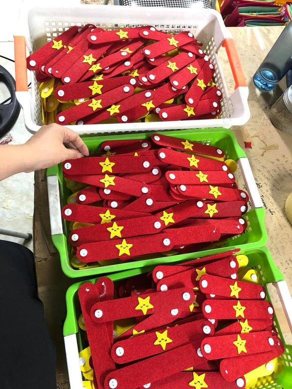 Hàng ngàn tai giả đeo khẩu trang từ Hà Nội gửi tặng TP.HCM chống dịch - Ảnh 1.