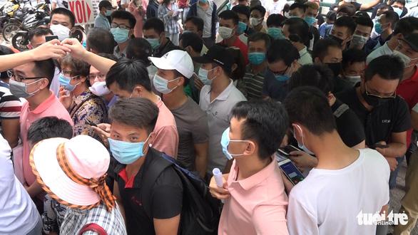 Hà Nội: Hàng trăm người chen lấn để xét nghiệm COVID-19 - Ảnh 2.