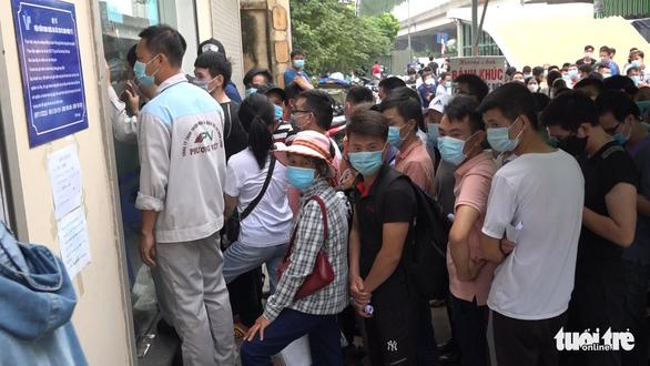 Hà Nội: Hàng trăm người chen lấn để xét nghiệm COVID-19 - Ảnh 4.