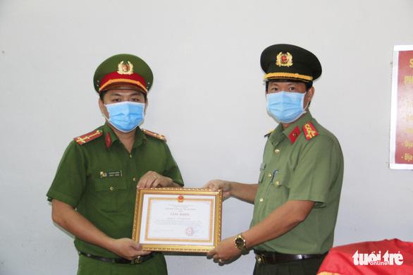 Khen thưởng những chiến sĩ công an kịp thời cứu người dân lúc nguy cấp - Ảnh 2.