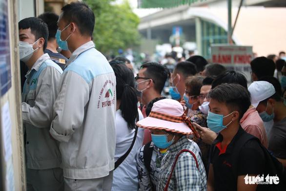 Hà Nội: Hàng trăm người chen lấn để xét nghiệm COVID-19 - Ảnh 3.