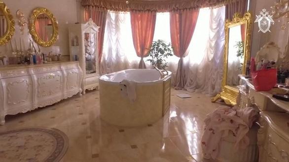 Đại tá Nga bị bắt vì tình nghi nhận hối lộ, trong nhà xài toilet bằng vàng - Ảnh 1.