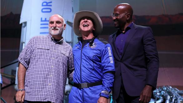 Trở về từ vũ trụ, tỉ phú Jeff Bezos tặng ngay 200 triệu USD - Ảnh 1.