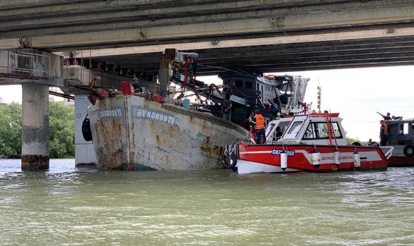 Giải cứu tàu cá kẹt dưới gầm cầu ở Vũng Tàu - Ảnh 2.