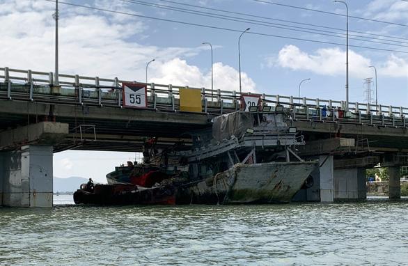 Giải cứu tàu cá kẹt dưới gầm cầu ở Vũng Tàu - Ảnh 1.
