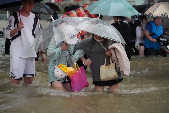 12 نفر در سیل در چین جان خود را از دست دادند - عکس 1.