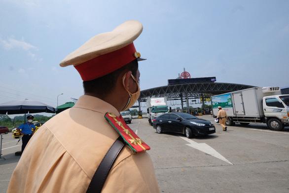 Ngăn xe lợi dụng dán bảng Hướng về Sài Gòn để miễn phí BOT - Ảnh 1.