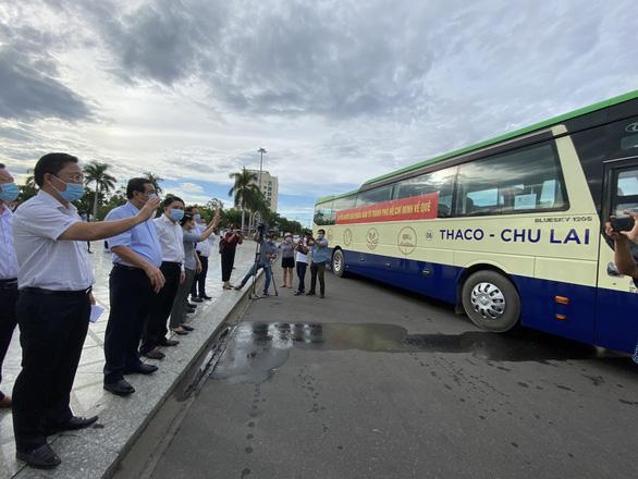 Sáng nay Quảng Nam đưa xe vào TP.HCM đón người dân về quê - Ảnh 2.