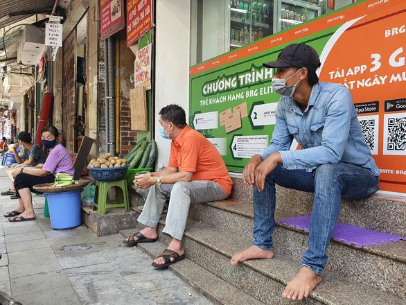 Người dân khó khăn vẫn phải đợi Hà Nội ban hành chính sách - Ảnh 1.