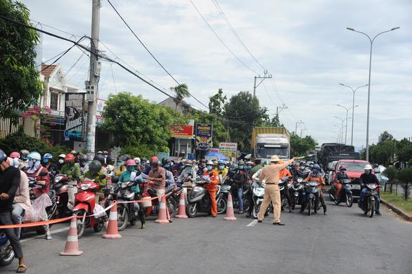 Lại 'kẹt cứng' chốt kiểm soát COVID-19 Quảng Nam - Đà Nẵng - Ảnh 1.