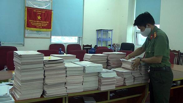 Bắt 6 bị can trong đường dây dùng 5 tấn phôi sản xuất văn bằng, giấy tờ giả - Ảnh 2.