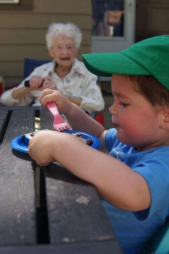 Tình bạn đặc biệt giữa cậu bé 2 tuổi và cụ bà 99 tuổi giữa đại dịch - Ảnh 2.