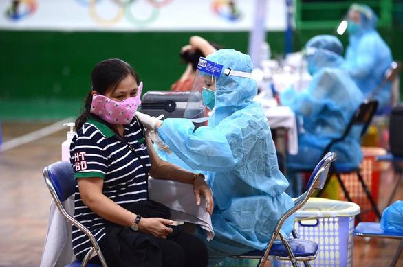 TP.HCM bắt đầu tiêm hơn 930.000 liều vắc xin đợt 5 cho 15 nhóm đối tượng ưu tiên - Ảnh 6.