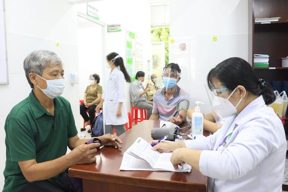 TP.HCM bắt đầu tiêm hơn 930.000 liều vắc xin đợt 5 cho 15 nhóm đối tượng ưu tiên - Ảnh 2.
