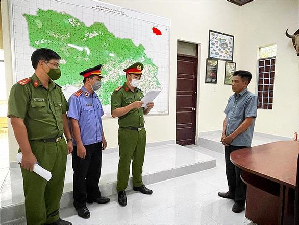Bắt trạm trưởng kiểm lâm nhận tiền hối lộ để lâm tặc vào phá rừng - Ảnh 1.