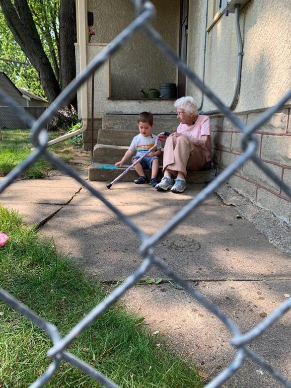Tình bạn đặc biệt giữa cậu bé 2 tuổi và cụ bà 99 tuổi giữa đại dịch - Ảnh 1.