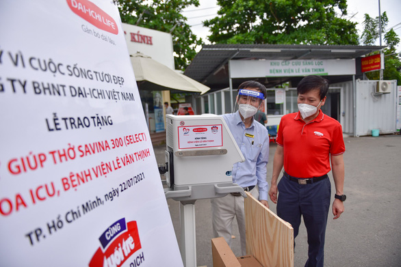 'Cùng Tuổi Trẻ chống dịch COVID-19' trao máy thở đa năng cho Bệnh viện Lê Văn Thịnh - Ảnh 2.