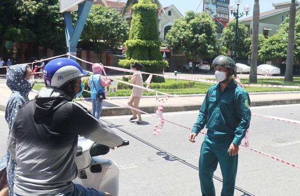 Nhiều người đi xe máy cả ngàn cây số từ Bình Dương về Nghệ An tránh dịch - Ảnh 1.