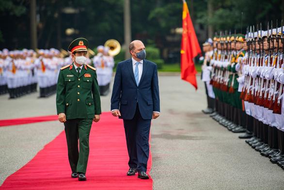 Bộ trưởng quốc phòng Anh lần đầu tiên thăm chính thức Việt Nam - Ảnh 1.