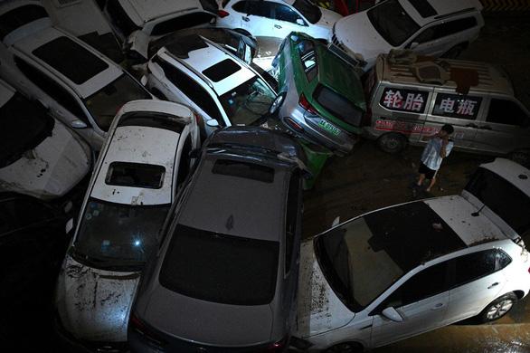 12 người chết khi tàu điện ngầm ngập trong trận mưa ngàn năm có một ở Trung Quốc - Ảnh 1.