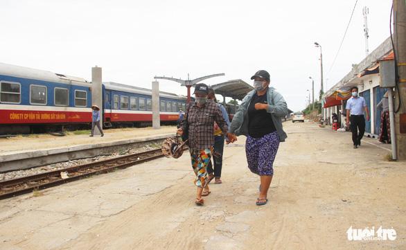 4 mẹ con người Nghệ An đạp xe tránh dịch đoàn tụ ở quê nhà - Ảnh 1.