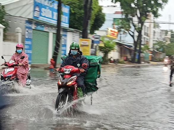 Áp thấp nhiệt đới liên tục đổi hướng, mưa dông diện rộng ở Bắc Bộ - Ảnh 1.