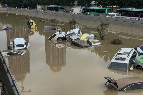 12 người chết khi tàu điện ngầm ngập trong trận mưa ngàn năm có một ở Trung Quốc - Ảnh 3.